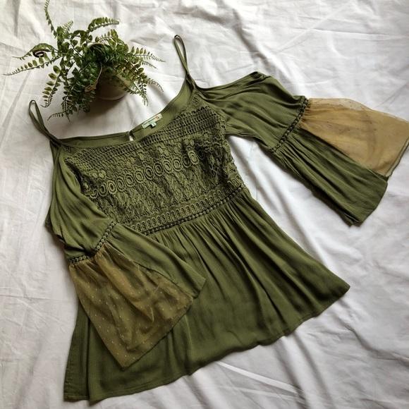 b6881fe940e6e NWOT Vivid importers Olive green cold shoulder top.  M 5aa5b5ac50687c8ebacb4119